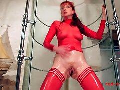 قحبة red thrusts a ديلدو في كسها أثناء أخذ دش