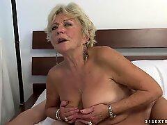 Malya quiere alcanzar orgasmos múltiples con la ayuda de sus amigos