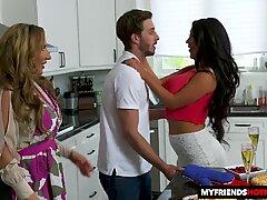 Super-rykande cougars augusti taylor och Richelle Ryan tar på sig en tursam ung slickepinne