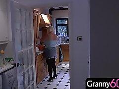 奶奶购物一天后来到住宅,并在房子里发现了一个年轻的蒙面入侵者!