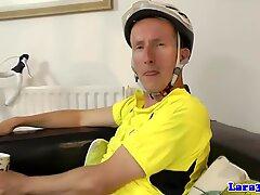 Britisches Reif in Strumpfhosen holt Radfahrer für Fick auf