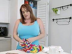 StepMom Maggie îi invită pe Tanara Natalie Porkman să se alăture ei în lesbiene iubitoare!