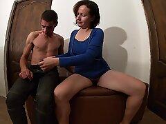 Milf i blå klänning fick en kuk i sin håriga fitta