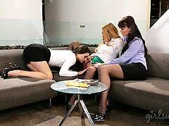 Три зашеметяващи жени се радват на лежеки секс