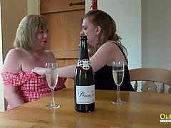 Oldnanny两个英国人熟女女同性恋者手淫