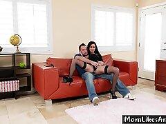 Mamma Yanks Steg son & # 039_s Kuk ut ur hans byxor och fyller det i sin cunt - Lilja Körfält, Johnny Castle - 1080p