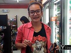 Filippinsk blond tonåring med liten tatuering älskar fler-rasig pov