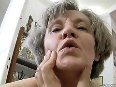 Kiimainen mummi ja blondi milf Zora White pitävät hauskaa yhden kaverin kanssa