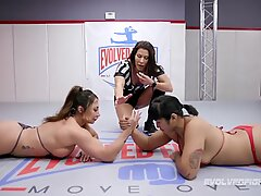 肌肉女女摔跤手是性感的手臂♥
