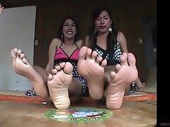 Ladyboys da Ásia exibem seus grandes pés suados e unhas vermelhas - Grande vermelho