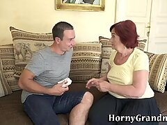 熟女老年性感女性得到脸部后吸吮