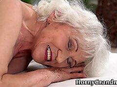 Стара бака добије лизање чмара и јебено