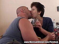 Мама предлага сок и вагина в леглото