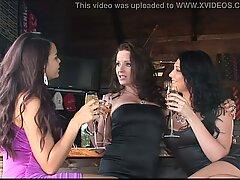 Lesbiene Matusa cu Tineri seducă două tineri lesbiene - Viv Thomas HD
