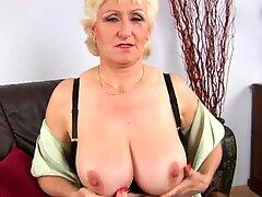大胸脯奶奶janka为她的大乳房加油,并为她的老抢夺手指