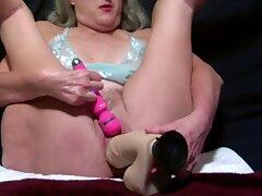 Arrapoto Mermie lavora la sua Bagnata Figa con il grande giocattolo vibra la sua fica a Orgasmo Marito Cums su di lei