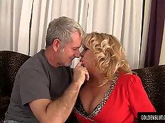 Grootmoeder neemt een vlezige slaap en sperma in haar mond