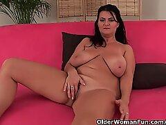 Femme Mûre Femme de Ménage avec de gros seins prend une pause masturbonnée