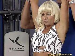 Muscle Mère aime l'éjaculation chaude facie