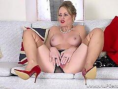 Stora pattar brunett milf Sofia Rae packar upp och smekningar i nylonstrumpor och snygga klackar