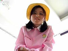 Stomme aziatische tiener maki chan trekt opoe's kleren aan